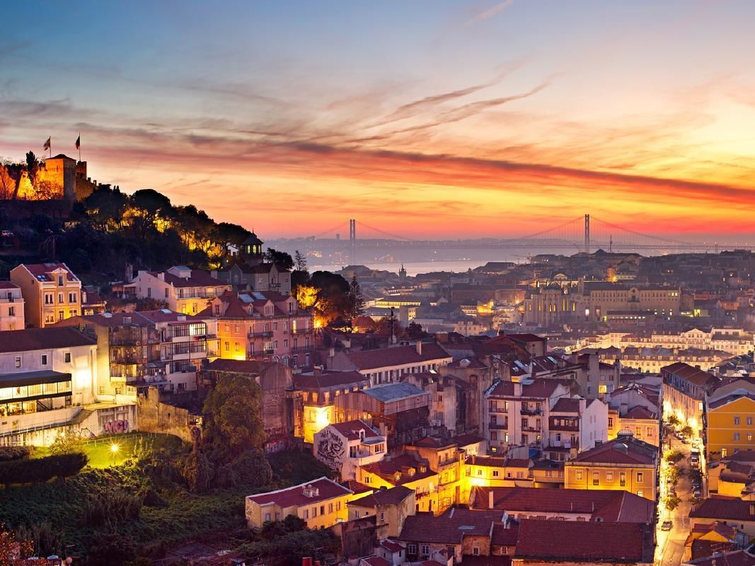 Lisbon Sunset Walking Tour with Tapas Dinner and Fado Show