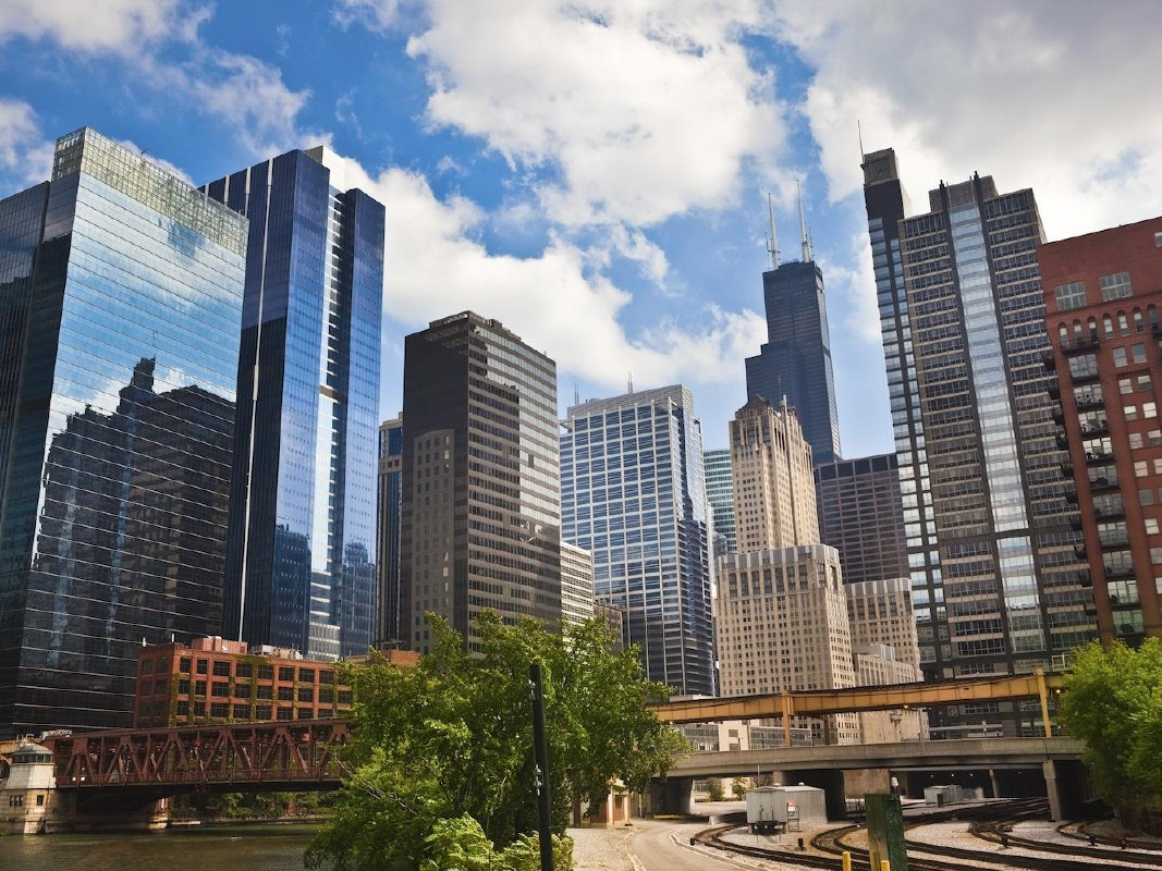 Chicago North and South Side Sightseeing Tour with Local Deep Dish Pizza