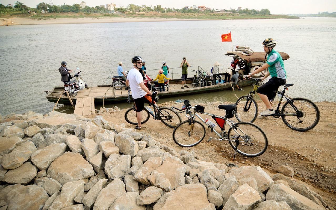 Full Day Hanoi Mountain Bike Tour with Visit to Tran Quoc Pagoda