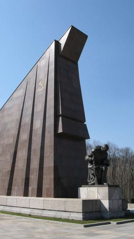 From the would-be international exhibition to the Soviet memorial