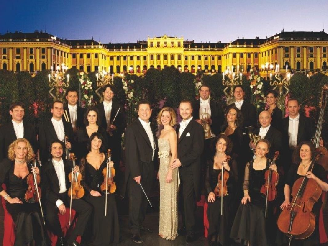 Vienna Schoenbrunn Palace Classical Concert with Tour and Dinner