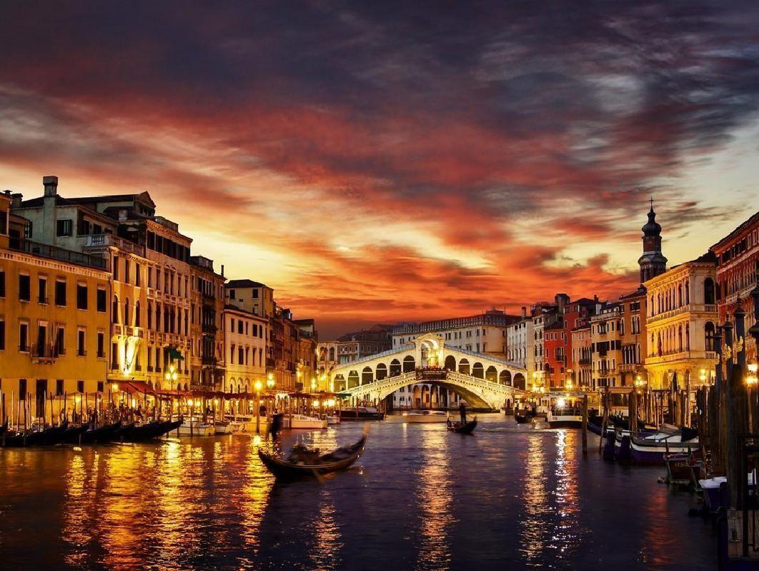 Venice Private Evening Gondola Ride with Romantic Serenade