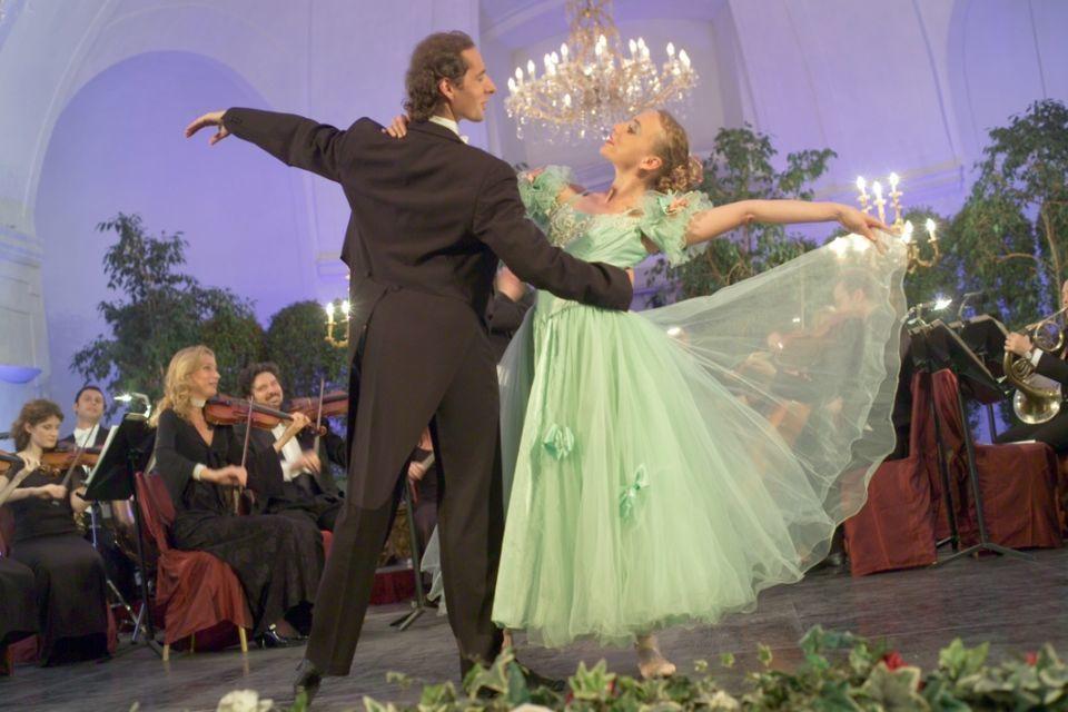 Vienna: Evening Concert and Dinner at Schönbrunn Palace