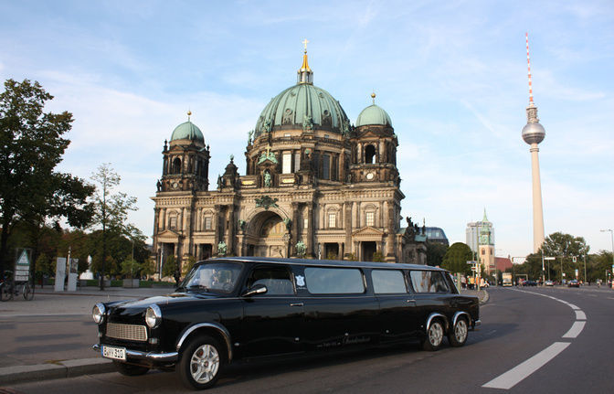 Airport transfer with city tour through Berlin in XXL Stretchrabant
