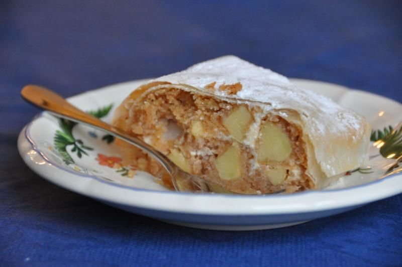 Culinary tour Vienna - Apple strudel at my home