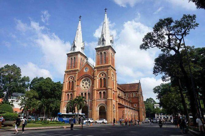 Discover Saigon Main Sights by Walking