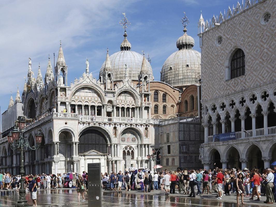 Venice Walking Tour with Saint Mark's Basilica Tickets and Gondola Ride