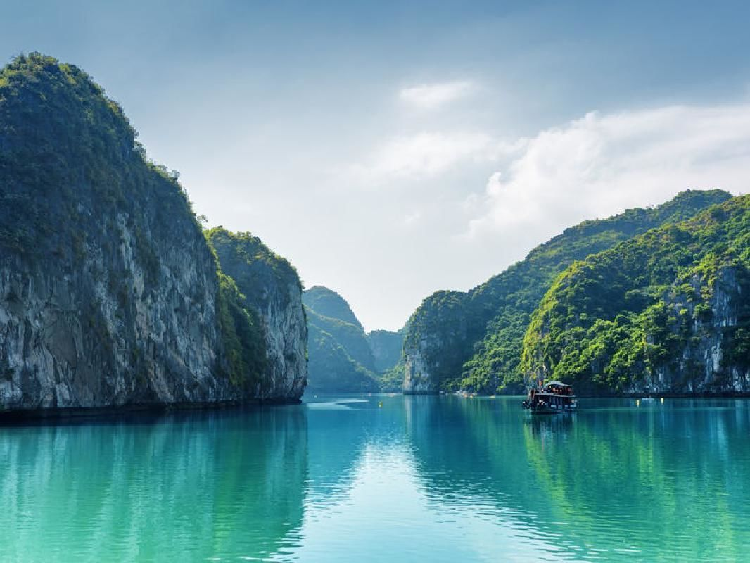Ha Long Bay Cruise and Hanoi Hotel 3-Day Combo Package with Transfers