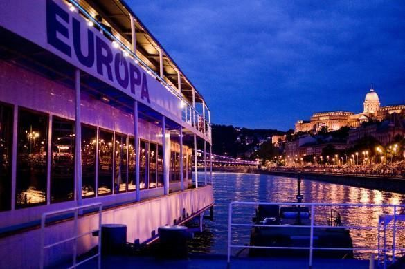Budapest Christmas Eve Dinner & Cruise with Live Music